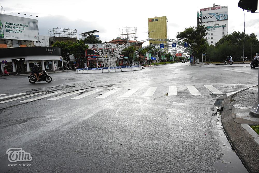Ghi nhận tại nhiều tuyến đường, sau khi bão số 5 đi qua, lượng người lưu thông thưa thớt. Hiện tại mưa và gió đã ngớt, thời tiết tại Đà Nẵng trở lại bình thường.