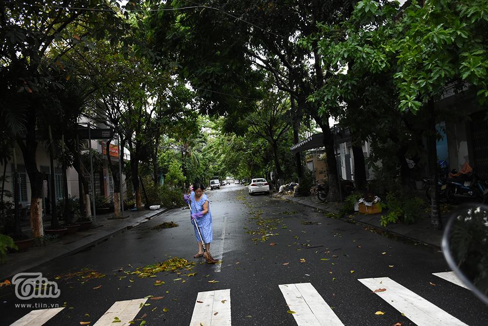 Người dân chủ động dọn dẹp đường xá sau khi bão qua. Trước đó, cơ quan chức năng đã tiến hành tỉa cành cây, hạn chế các nguy cơ đổ cây do bão gây ra,