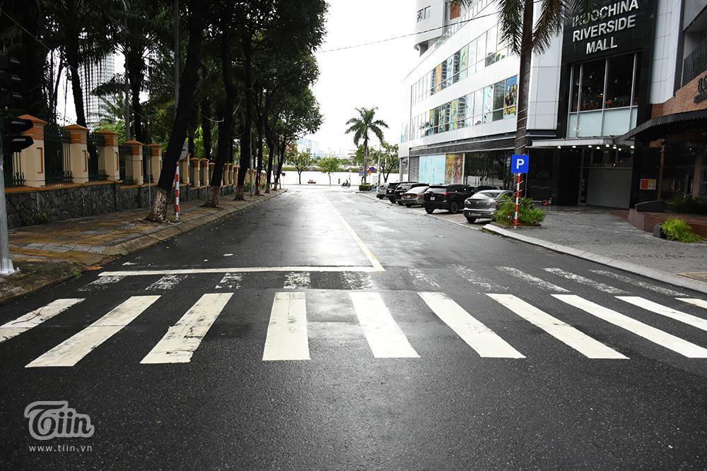Vừa ngớt bão, người dân ra biển Đà Nẵng chụp ảnh mặc sóng lớn vỗ dồn dập ngay sát bên 20