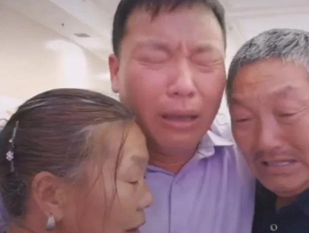 Anh Jin Shui không nén được xúc động khi gặp bố mẹ sau hàng chục năm trời xa cách.