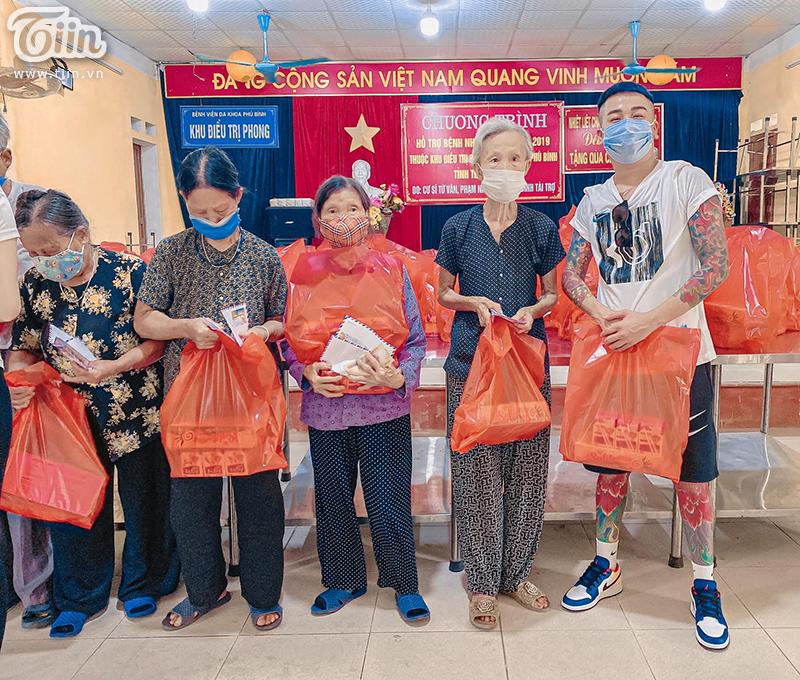 Duy Long (ngoài cùng bên phải) trong chuyến tặng quà cho các cụ ở Trại Phong, Thái Nguyên.