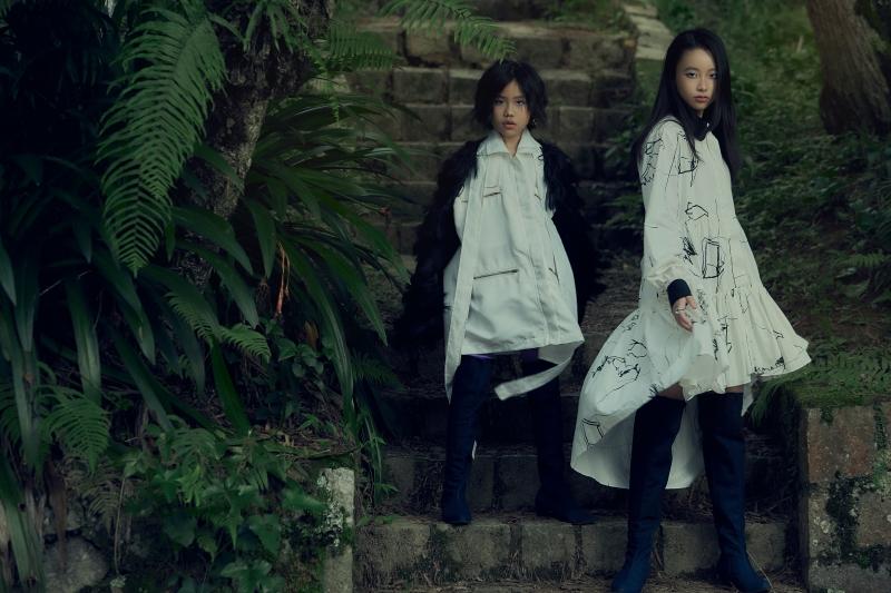 Bộ đôi mẫu nhí Khánh An - Phương Anh bị 'tố' lén lấy thiết kế trong BST mới của NTK Ivan Trần 0