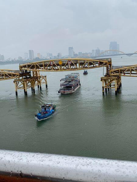 Bất ngờ 'nổi tiếng' do sự kiện hy hữu trong bão số 5, cây cầu ở Đà Nẵng thành điểm đến hot 0