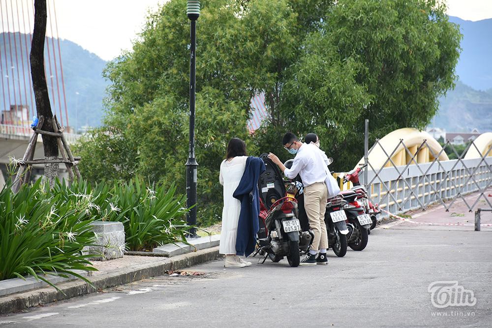 Nhiều bạn trẻ tập trung theo nhóm, đến cầu Nguyễn Văn Trỗi chụp ảnh trong chiều nay 18/9.