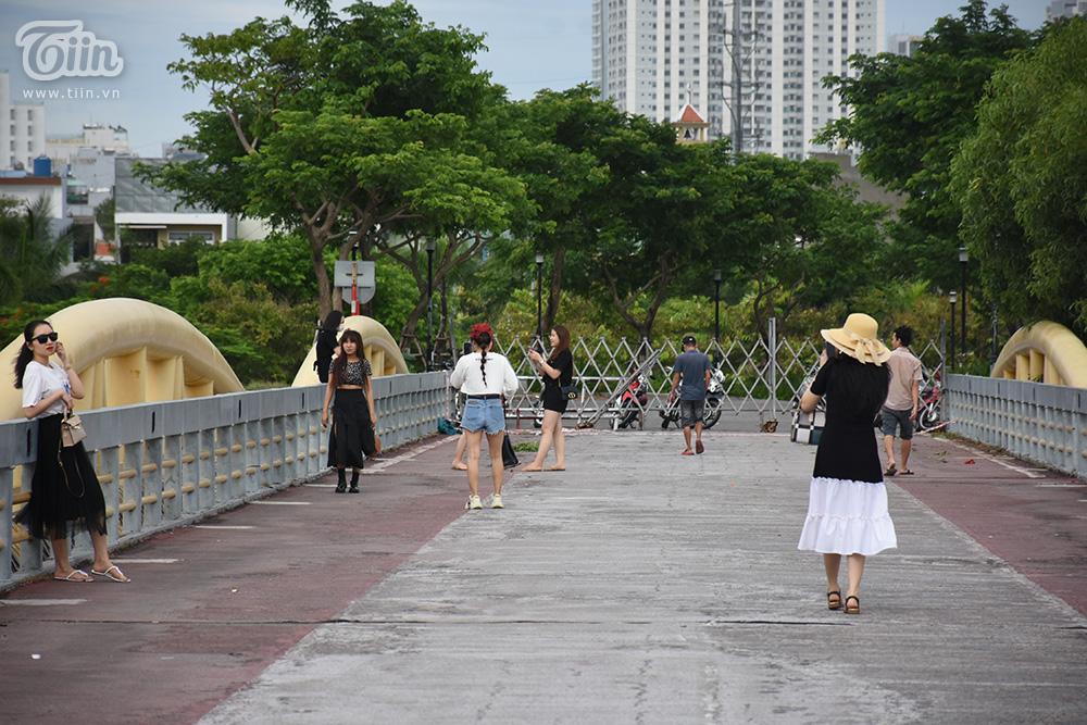 Các bạn trẻ xúng xính váy áo lên cây cầu 'hiện tượng' chụp ảnh. Thực tế, với nhiều người dân Đà Nẵng cầu Nguyễn Văn Trỗi là một phần kí ức tuổi thơ, gắn liền với nhiều kỉ niệm.