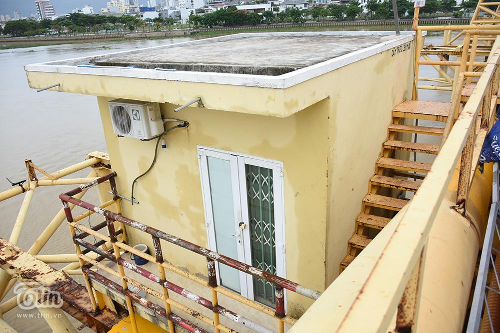 Đây là nơi để bộ phận kĩ thuật tiến hành công tác nâng trục, tạo điều kiện cho tàu thuyền qua lại trong cơn bão số 5.