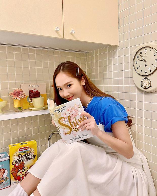 Jessica cùng với quyển tự truyện 'Shine'.