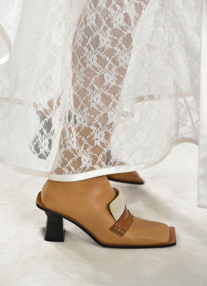 Boots mũi vuông-  item giúp bạn nâng hạng phong cách sang chảnh chỉ trong tích tắc 3
