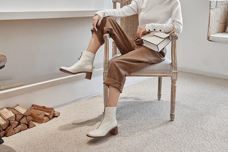 Với boots mũi vuông, bạn mix đồ kiểu gì cũng đẹp, lại có sự pha trộn hoàn hảo giữa nét trẻ trung, thanh lịch và trang nhã.