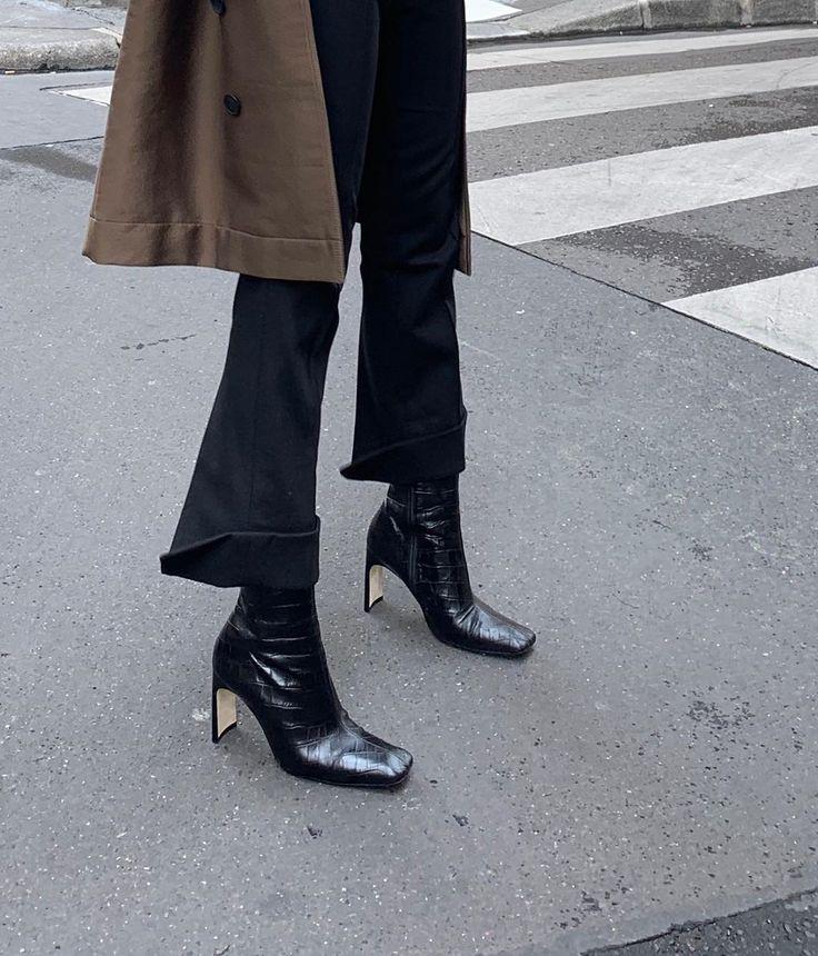 Quần vải ống lửng kết hợp vớigiày boots mũi vuông giúp vẻ ngoài của bạn bật lên nét thời thượng.