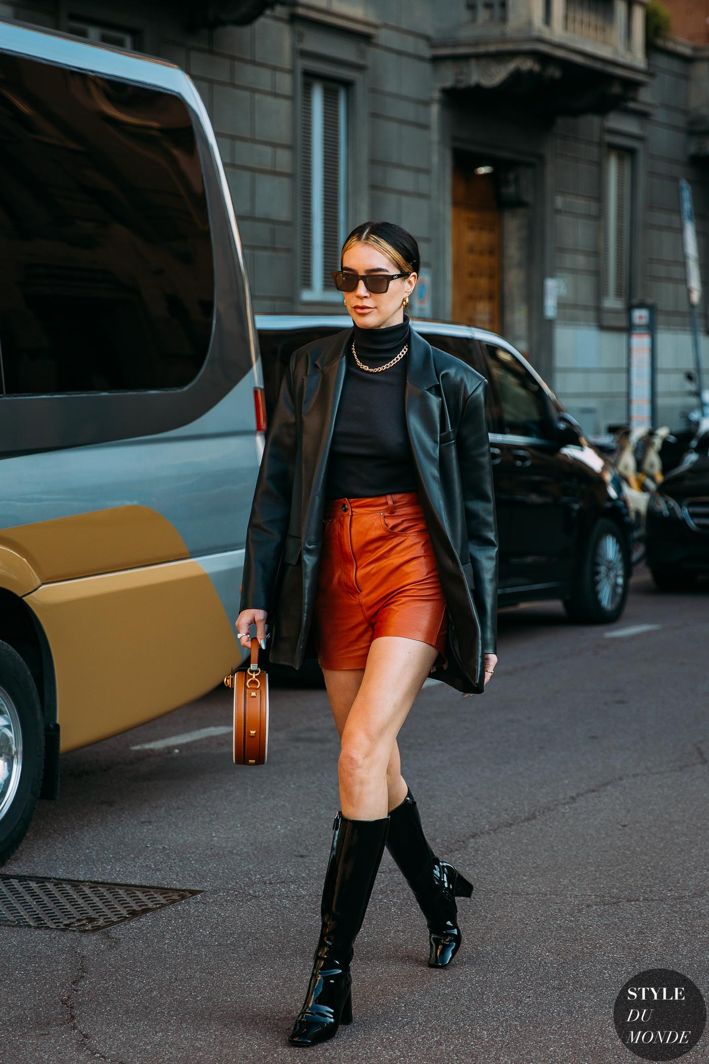Sự sành điệu và cá tính của comboáo blazer da + quần short da vàgiàymũi vuông cũng là lý do thuyết phục để bạn áp dụng ngay cho công cuộc lên đồ mùa thu này.