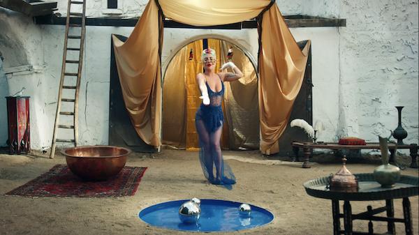 Lady Gaga tung MV '911': đổi đồ liên tục như 'tắc kè hoa', dày đặc hình ảnh biểu tượng và twist cực mạnh 1