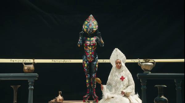 'Chất dị' của Lady Gaga được khai thác triệt để.