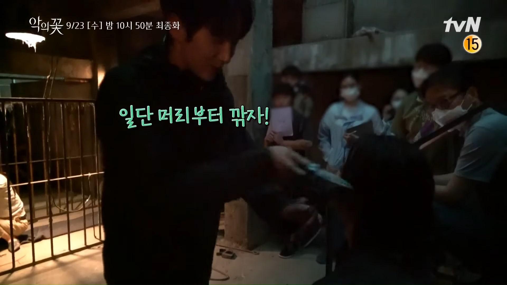 Hậu trường cảnh rượt đuổi gay cấn trong 'Flower of evil': Lee Jun Ki dịu dàng che nắng cho Kim Ji Hoon 2