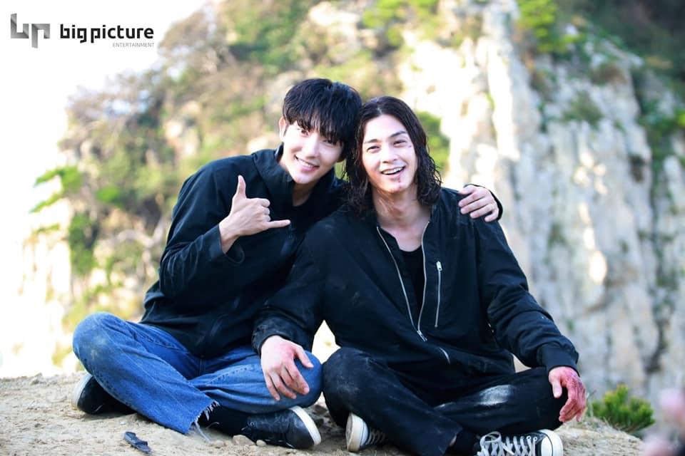 Hậu trường cảnh rượt đuổi gay cấn trong 'Flower of evil': Lee Jun Ki dịu dàng che nắng cho Kim Ji Hoon 5