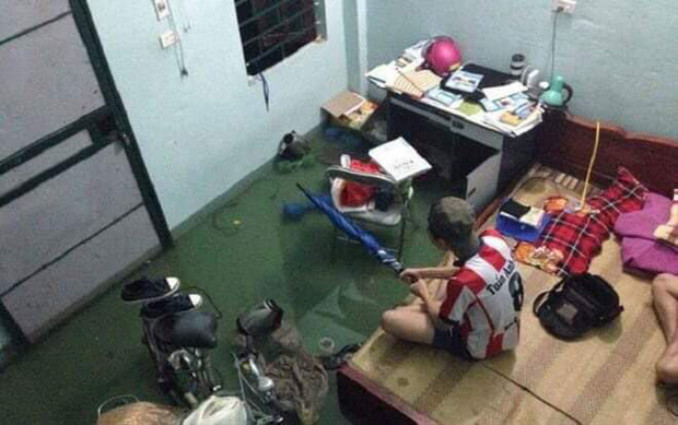 Nước tràn vào nhà khiến sinh viên chỉ còn biết co chân lên giường chờ nước rút. Ảnh: sinh viên Đà Nẵng Confession