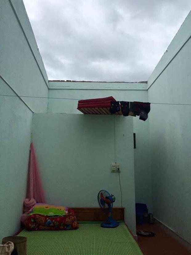 Căn phòng trọ bị bão tốc mái.