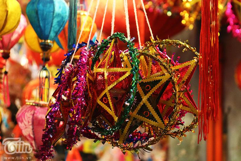 Chiếc lồng đèn làm từ vỏ lon được bày bán tại phố Lương Nhữ Học: Ngắm nhìn tuổi thơ dữ dội ùa về 5