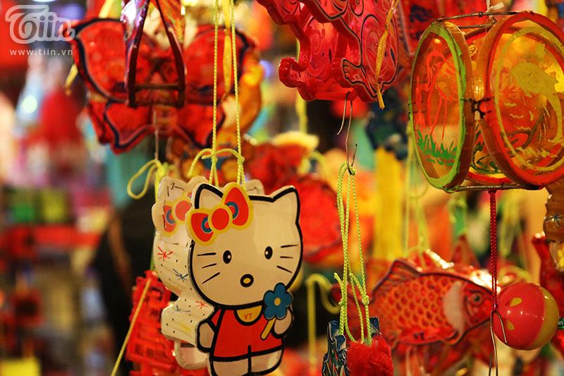 Những chiếc lồng đèn nhiều màu sắc và đa chất liệu, từ thanh tre, giấy kính cho đến khung nhựa chắc chắn