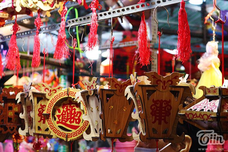 Chiếc lồng đèn làm từ vỏ lon được bày bán tại phố Lương Nhữ Học: Ngắm nhìn tuổi thơ dữ dội ùa về 9