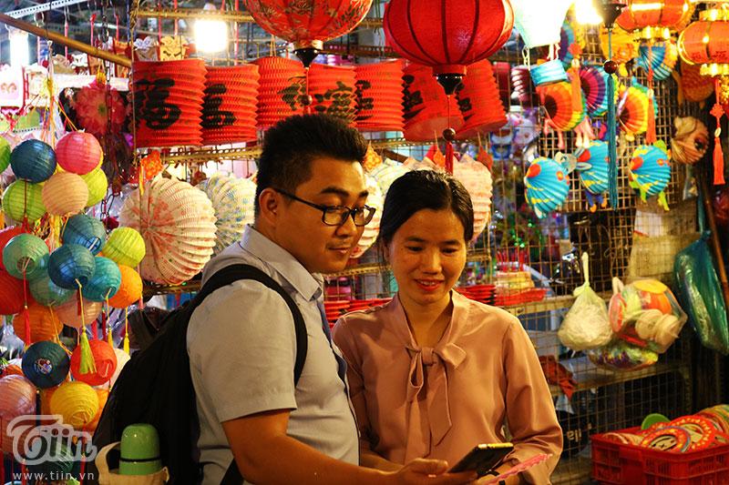 Chiếc lồng đèn làm từ vỏ lon được bày bán tại phố Lương Nhữ Học: Ngắm nhìn tuổi thơ dữ dội ùa về 11