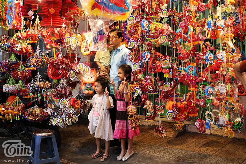 Chiếc lồng đèn làm từ vỏ lon được bày bán tại phố Lương Nhữ Học: Ngắm nhìn tuổi thơ dữ dội ùa về 12