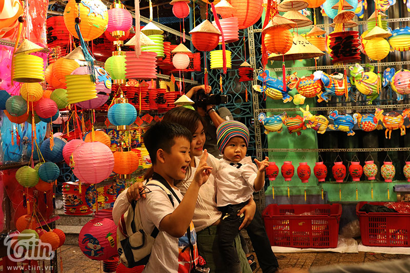 Chiếc lồng đèn làm từ vỏ lon được bày bán tại phố Lương Nhữ Học: Ngắm nhìn tuổi thơ dữ dội ùa về 13