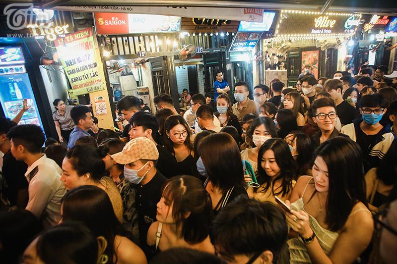 Đa phần khách lên phố là giới trẻ, tìm đến các quán bar và vũ trường để giải trí cuối tuần.