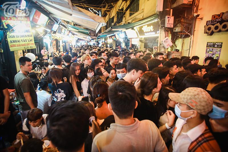 Không khí ở Tạ Hiện nóng lên khi hàng nghìn người xuất hiện, chen lấn tìm chỗ vui chơi.