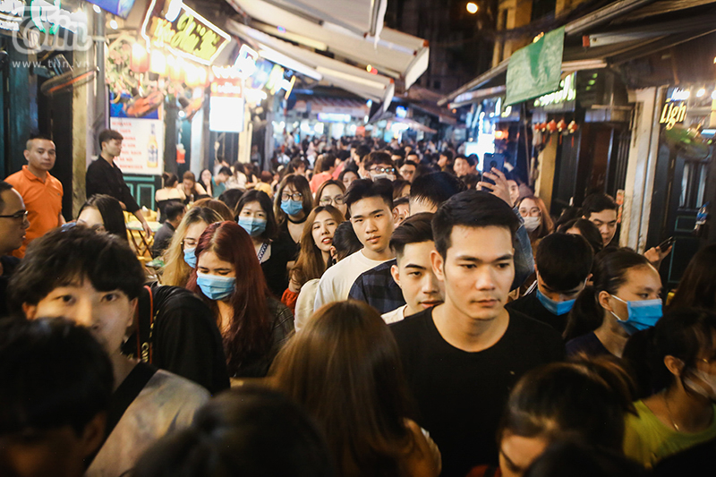Một số bạn trẻ cho biết, khi vào đến điểm vui chơi, họ cũng cảm thấy không được thoải mái do lượng khách quá đông. Hẹn sẽ quay lại vào những ngày tới.