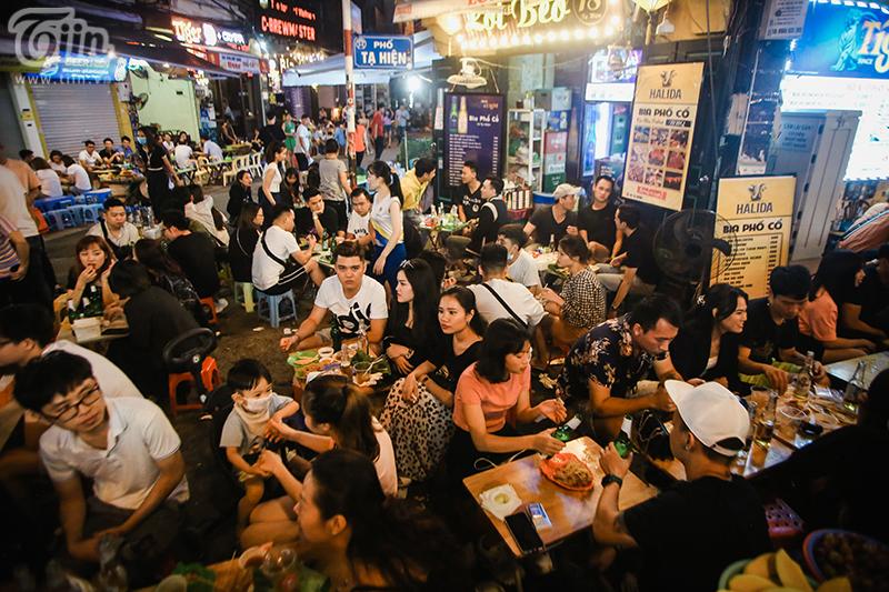 Các quán ăn cũng san sát nhau và gần như đã full chỗ.