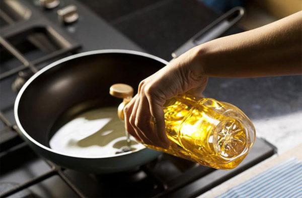 Khói dầu thật sự rất nguy hiểm, chúng có hại cho da và hệ khô hấp.