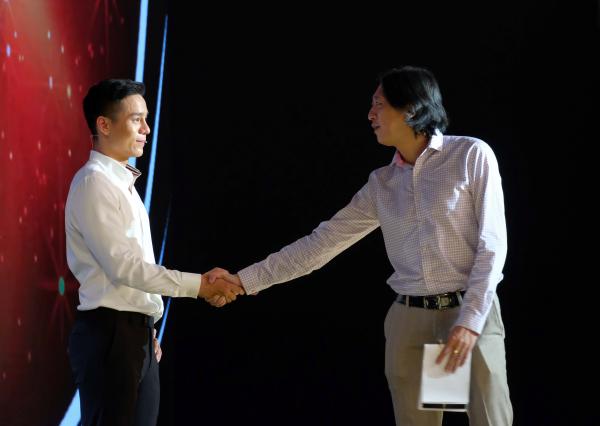 Nam vương Cao Xuân Tài khóc nghẹn ngào ôm bố mẹ trên sóng truyền hình 5