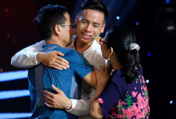 Nam vương Cao Xuân Tài khóc nghẹn ngào ôm bố mẹ trên sóng truyền hình 3