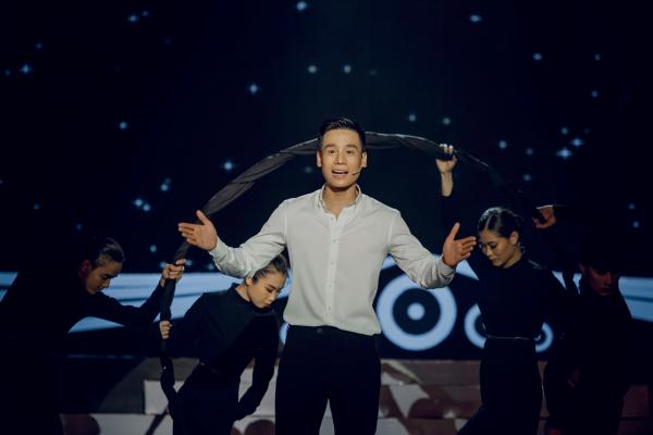 Nam vương Cao Xuân Tài khóc nghẹn ngào ôm bố mẹ trên sóng truyền hình 2
