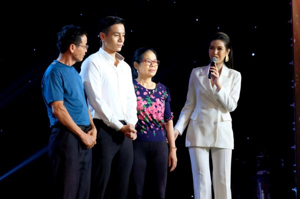 Nam vương Cao Xuân Tài khóc nghẹn ngào ôm bố mẹ trên sóng truyền hình 6