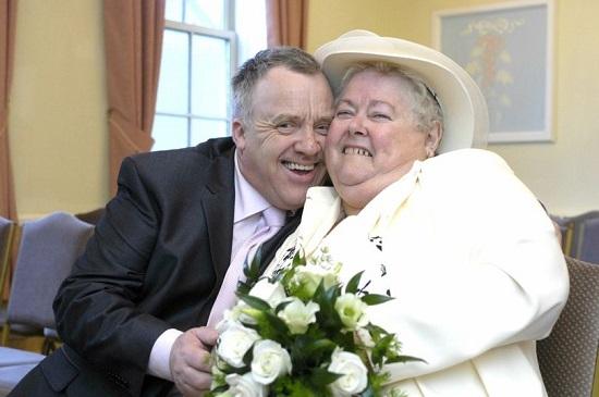 Ông Bluden đã kết hôn với mẹ vợ cũ là bà Brenda. Ảnh: Mirror.