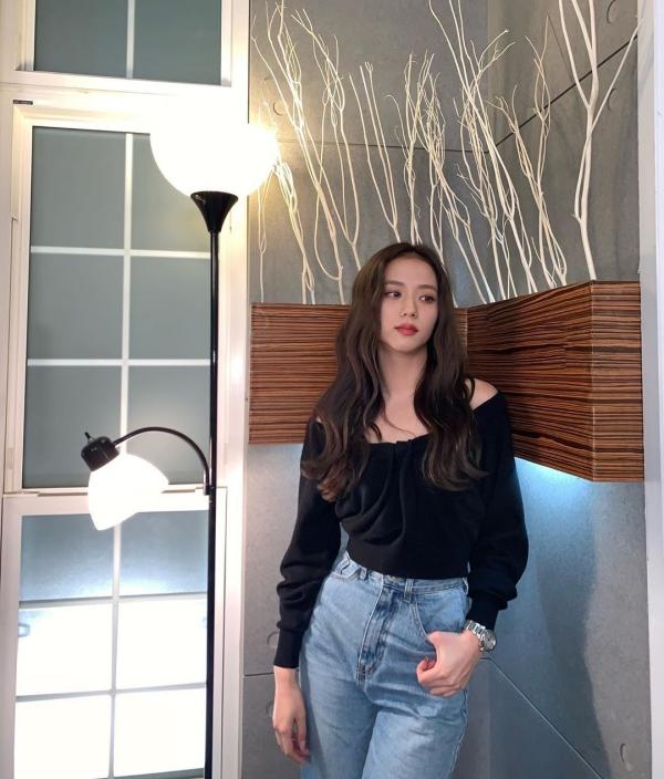 Chiếc áo trễ vai nữ tính sơ vin với quần jeans vintage như Jisoo là phép cộng bạn không nên chối từ cho mùa thu se lạnh này.