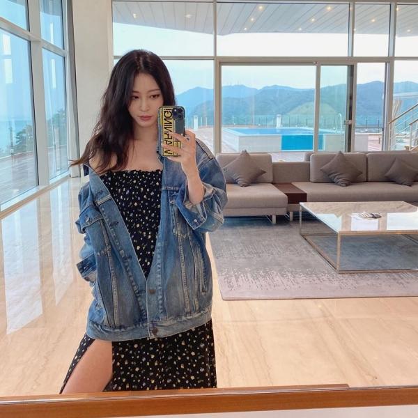Ngoài những chiếc blazer sang trọng hay cardigan nữ tính ra thì áo khoác denim cũng là chiếc áo tuyệt đối không thể thiếu trong mùa thu này. Những chiếc áo khoác denim nghịch ngợm khi được kết hợp với váy vóc dịu dàng nhất định sẽ mang đến 1 set đồ 'chất hơn nước cất', như cách mà Han Ye Seul đã mix&match.