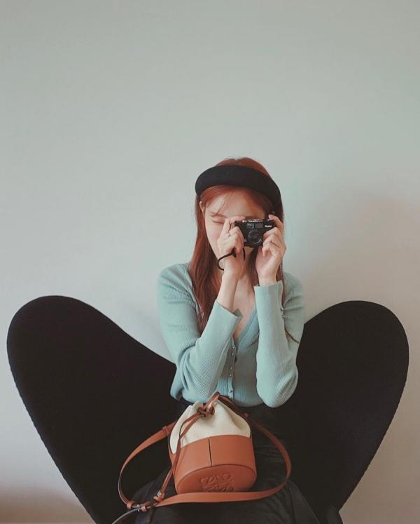 Những chiếc áo cardigan lửng như Lee Sung Kyung đang mặc là mốt được nhiều cô gái chạy theo hiện nay. Ưu điểm của kiểu áo này là phối kiểu gì cũng đẹp, cũng toát lên được sự nữ tính, dịu dàng của phái đẹp. Lee Sung Kyung chỉ phối đơn giản với chân váy đen mà đã rất xinh đẹp.