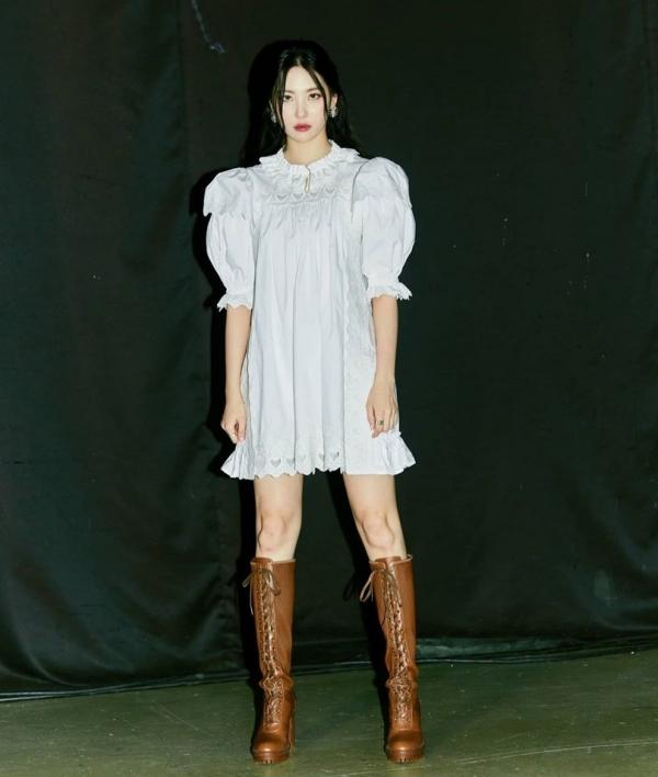 Vừa thích phong cách nữ tính vừa thích phong cách cá tính thì bạn gái có thể chọn đôi boots cực 'ngầu' cho chiếc đầm bồng bềnh nữ tính của mình như Sunmi.
