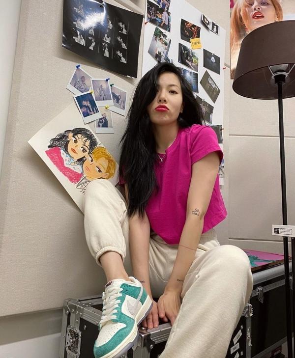 Hồng cánh sen đậm và xanh ngọc là 2 màu đối lập nhưng không bị 'chọi' nhau. Mặt khác, Hyuna còn khéo mix thêm chiếc quần thể thao màu beige trung tính nên trang phục được nhấn nhá vừa đủ, không bị quá lòe loẹt.
