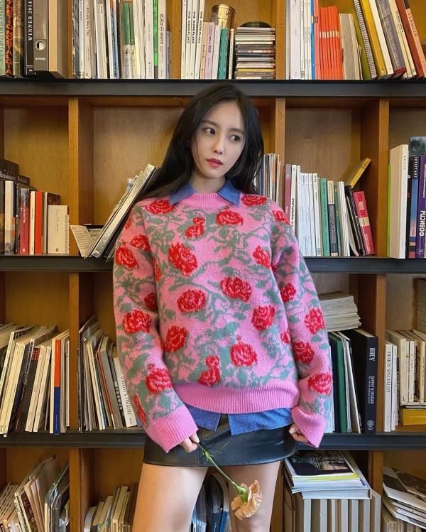 Với những cô nàng có khiếu thời trang tuyệt đỉnh như Hyomin thì chắc chắn không thể bỏ qua cách phối layer cho tiết trời thu se se lạnh này. Cô layer rất khéo, đó làváy da trong cùng, sau đó là áo blouse mang sắc xanh và lớp ngoài cùng là sweater họa tiết hoa hồng xinh đẹp. Mặc dù có nhiều màu sắc, layer nhiều lớp, nhưng Hyomin đã khéo chọn màu sắc không bị 'choảng' nhau quá và tạo nên tổng thể thoạt nhìn vô cùng hòa hợp.