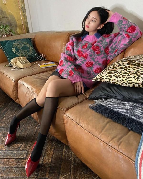 Cô còn mix thêm giày cao gót cùng vớ cực 'xịn'.