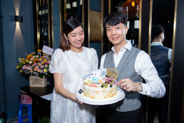Á hậu Thúy Vân 'bầu vượt mặt' vẫn tổ chức sinh nhật, gây ngạc nhiên cho chồng 5