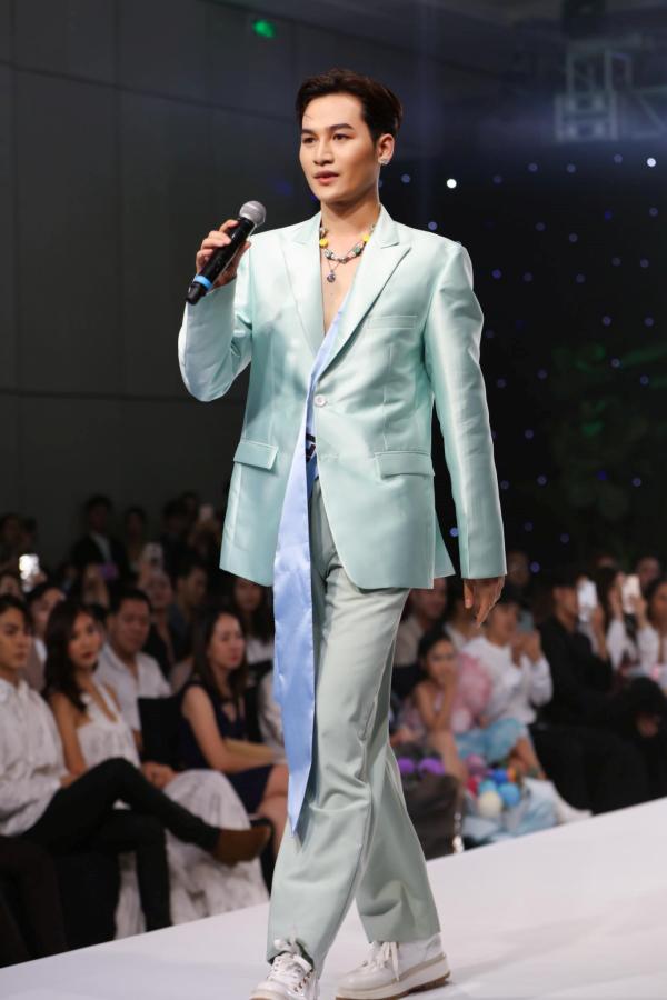 Ali Hoàng Dương khiến nhiều người không khỏi bất ngờ khi đảm nhận vị trí first face trên sàn catwalk bên cạnh các tên tuổi lớn như siêu mẫu Thanh Hằng, Lan Khuê,...