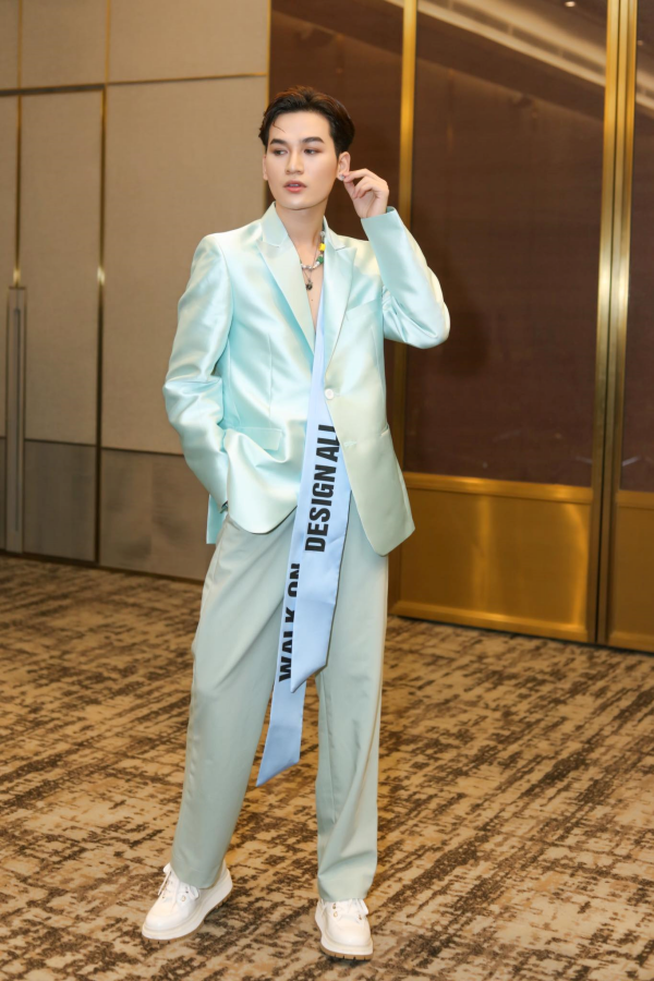 Ali Hoàng Dương giữ vai trò first face, đứng chung sàn diễn cùng Thanh Hằng, Lan Khuê 4