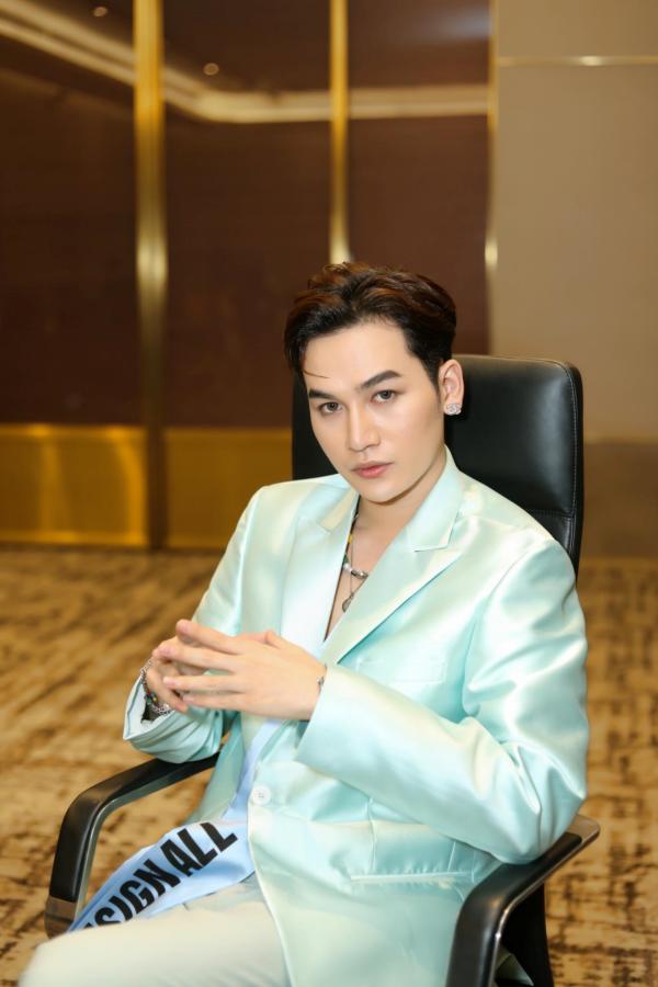 Ali Hoàng Dương giữ vai trò first face, đứng chung sàn diễn cùng Thanh Hằng, Lan Khuê 5