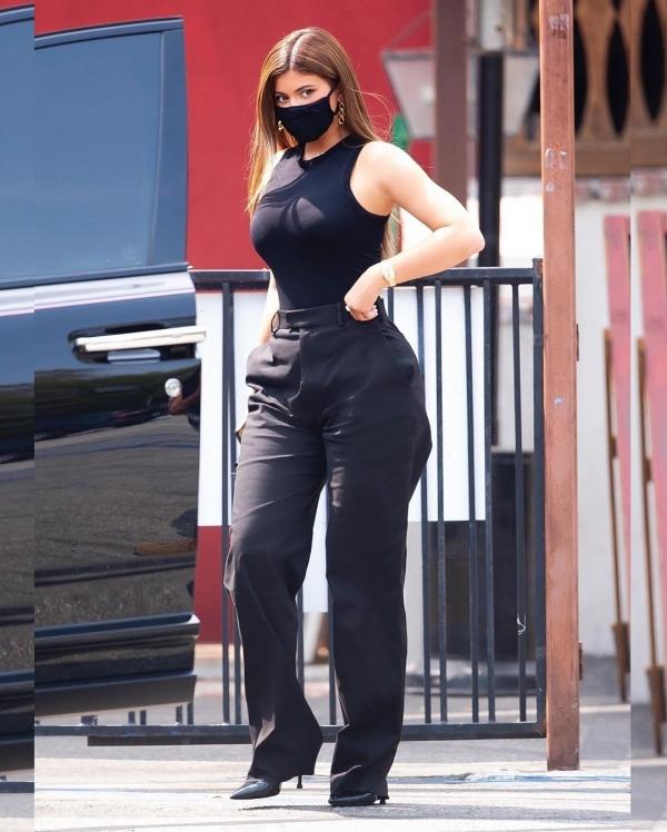 1 chiếc áo ba lỗ thun cùng với quần âu ống rộng đã khoe trọn 3 vòng chuẩn chỉnh của Kylie Jenner. Cô còn khéo mix khẩu trang đen và giày cao gót cùng màu để xuyệt tông với trang phục.