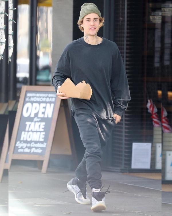 Ông xã của bạn thân Kylie Jenner, Justin Bieber, cũng chọn 'cây' đen trong lần xuất hiện gần nhất của mình - chỉ vài tiếng trước khi ra mắt bài hát mới tênHoly.Tuy nhiên thay vì chọn 1 màu đen tuyền từ trên xuống dưới, Justin Bieber lại tạo điểm nhấn trẻ trung bằng chiếc mũ beanie mang sắc xanh chàm để không bị 'choảng' với tông màu đen tổng thể. Không còn luộm thuộm như xưa, Justin Bieber điển trai hẳn ra.